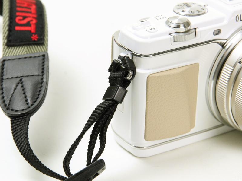 【参考】E-P5のようなカメラの場合、三角環をそのまま使えばテープタイプも装着可能。好みで選びたい