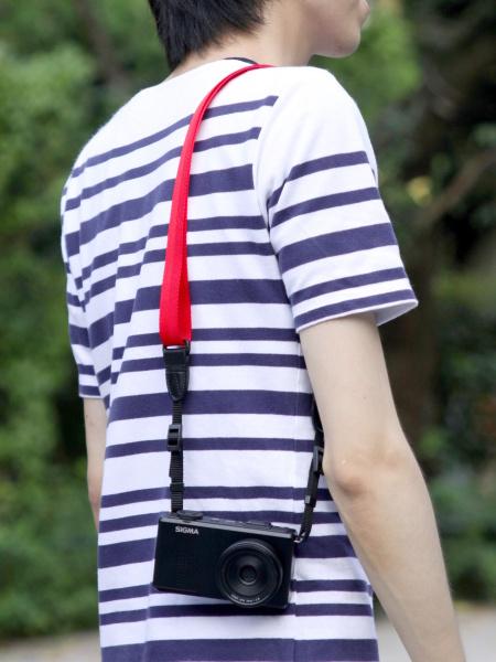 【参考】カメラを肩に掛けたところ。どこかへぶつけたり、肩から滑り落ちる危険性をはらむ