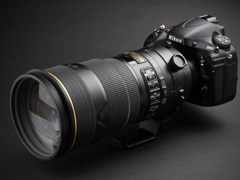 D800との組み合わせ。発売は2010年1月。実勢価格は61万7,700円前後。
