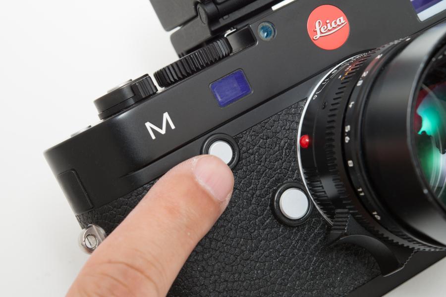 フォーカスボタンを押しながら背面の設定ダイヤルを回して露出補正することもできる。ファインダーを覗いたまま補正が可能だが、操作性は決して良いとはいえない。ライカM9のように設定ダイヤルだけで補正できるようにしてほしい。