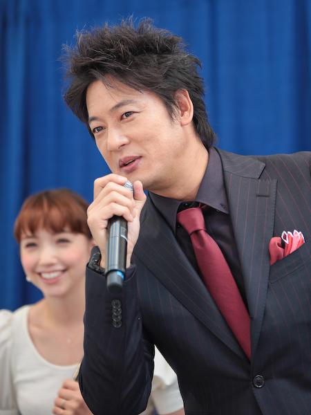 細川さんは報道陣のカメラが気になり身を乗り出して見る場面も。