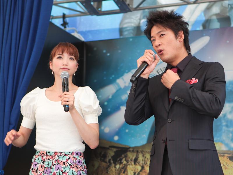 イベントに登場した細川茂樹さん(右)と豊田エリーさん(左)