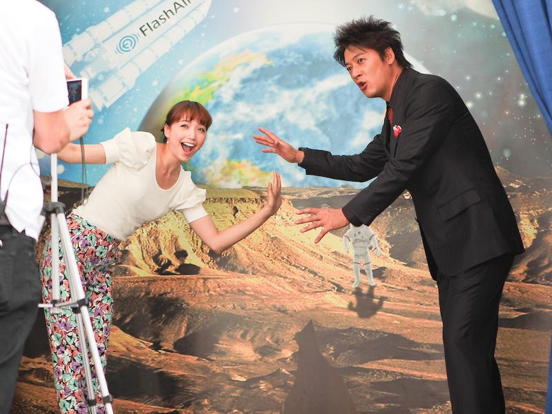 """細川さんと豊田さんも思い思いに""""宇宙での写真""""を楽しんだ。"""