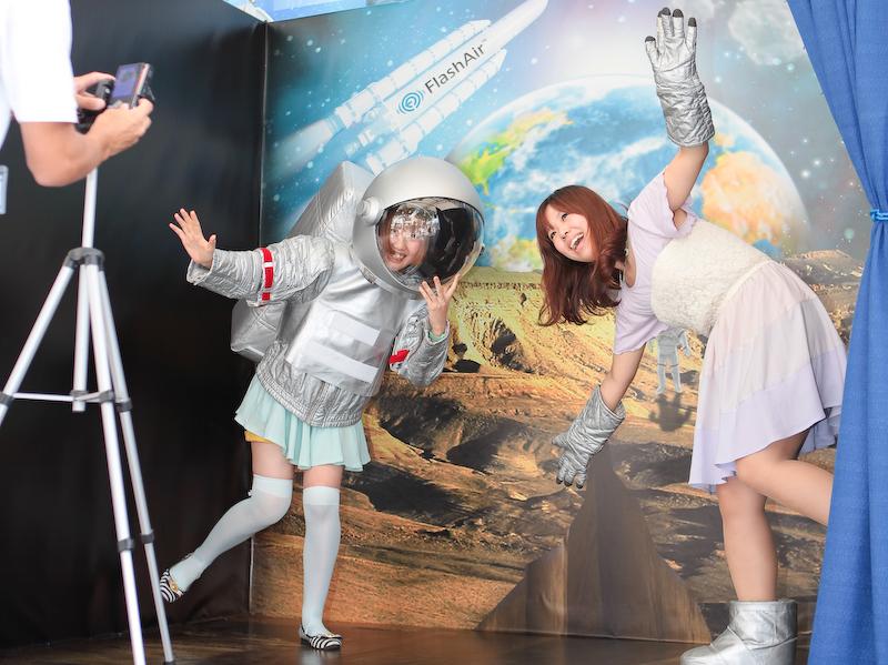 一般の参加者は宇宙服を着て撮影に挑んだ。