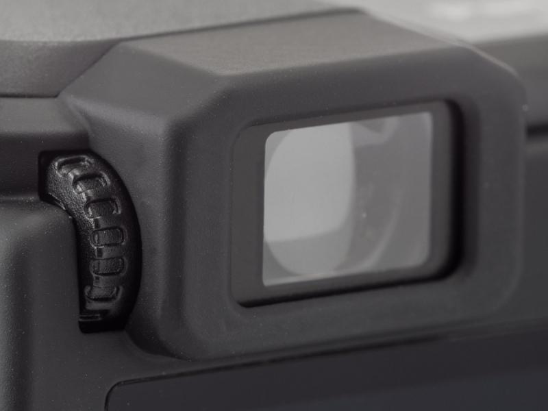内蔵EVFの接眼部。サイズが小さいこともあって性能はけして高くはないが、ファインダーがあること自体のありがたみは大きい。