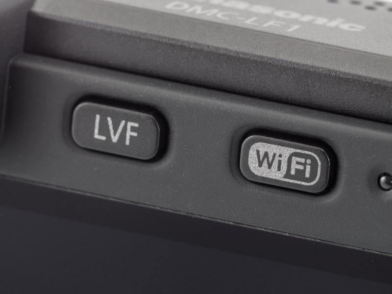 EVF接眼部右のボタンでEVFとモニターの切り替えを行なう。その右側のボタンはWi-Fi機能を使用するためのもの。