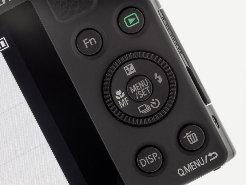 背面の操作部。カーソルキーの外周部はホイール状のコントロールダイヤル。左上のFnボタンはカスタマイズが可能だ。