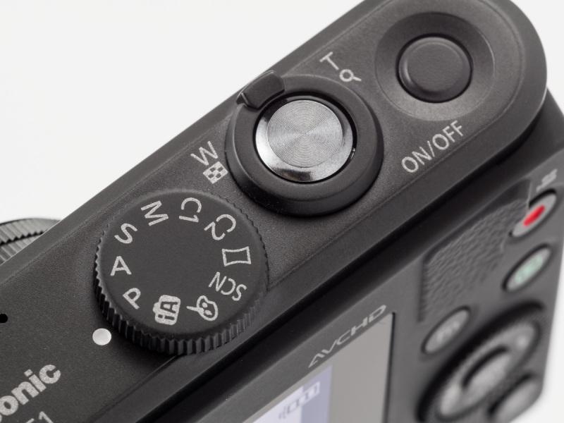 上面右手側。モードダイヤルには「インテリジェントオート」や「クリエイティブコントロール」「パノラマ」「シーン」などもある。