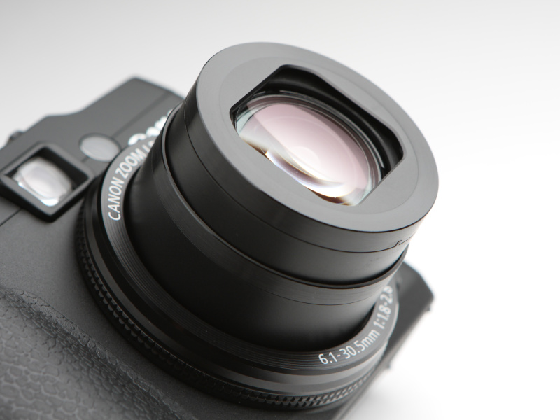 焦点距離28mm相当からはじまる光学5倍ズームを搭載。開放F値はF1.8-2.8。レンズ構成は9群11枚で、非球面レンズ3枚、UDレンズ1枚を採用する。