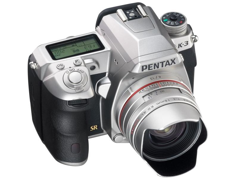 HD PENTAX-DA 15mm F4 ED AL Limitedのシルバーを装着したところ。