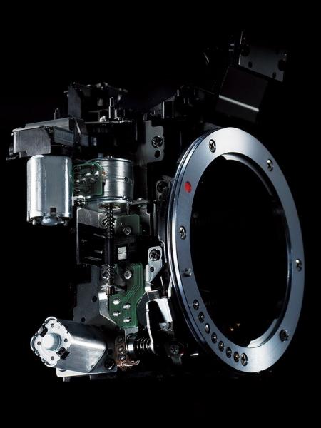 シャッター、ミラー、絞りをそれぞれ独立制御する3モーター方式を採用。