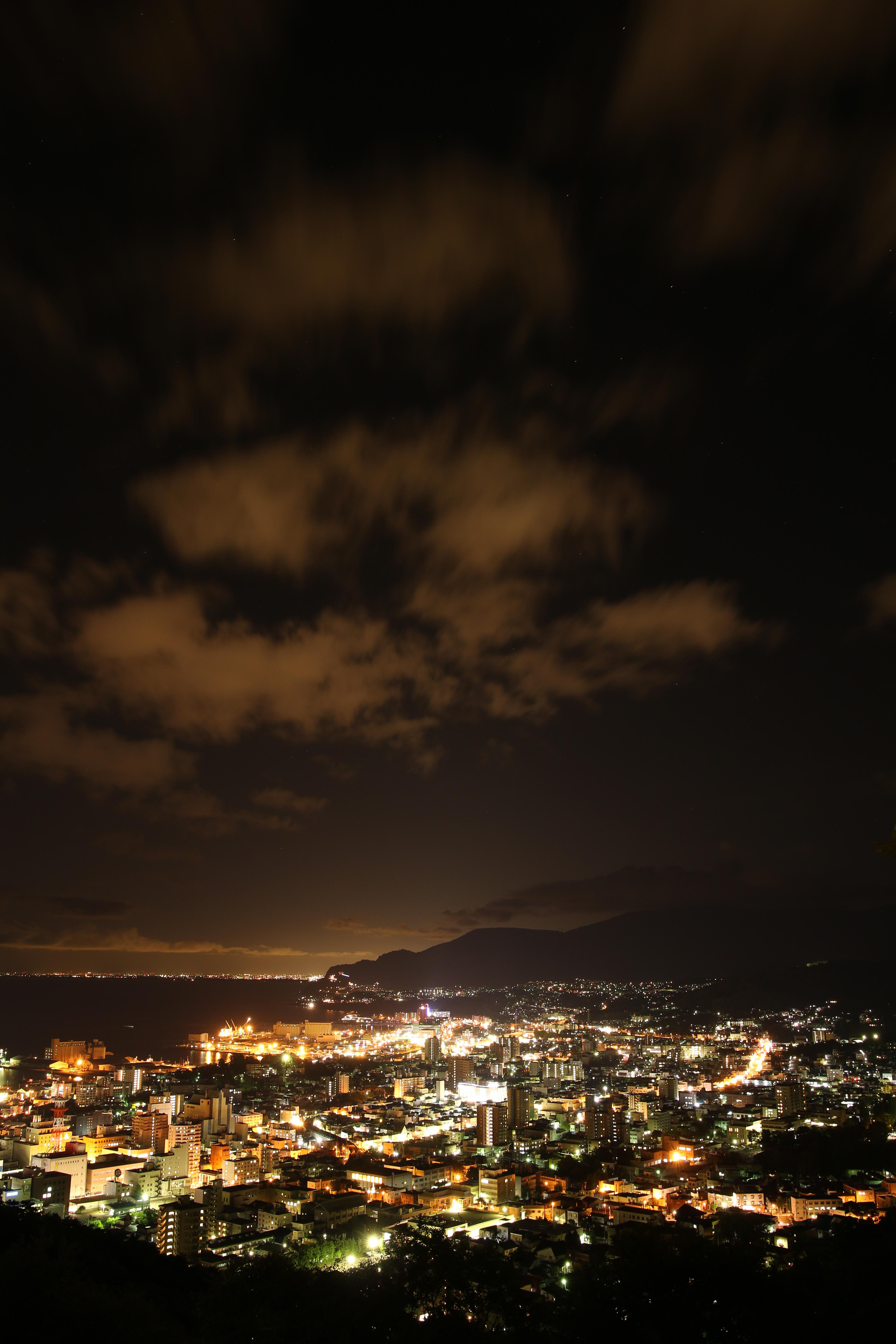 港町の夜景を小高い丘の上の展望台から撮影。街の灯りと港湾施設のオレンジ色の灯りが港町特有の夜の姿となる。レンズはSIGMA 18-35mm F1.8 DC HSMを使用。とかく開放F1.8の明るさが話題となりがちだが、少し絞り込んだ際の画質の高さは驚く程だ。EOS 70Dとの相性も良い。SIGMA 18-35mm F1.8 DC HSM / 15秒 / F4 / 0EV / ISO100 / マニュアル / WB:太陽光 / 18mm