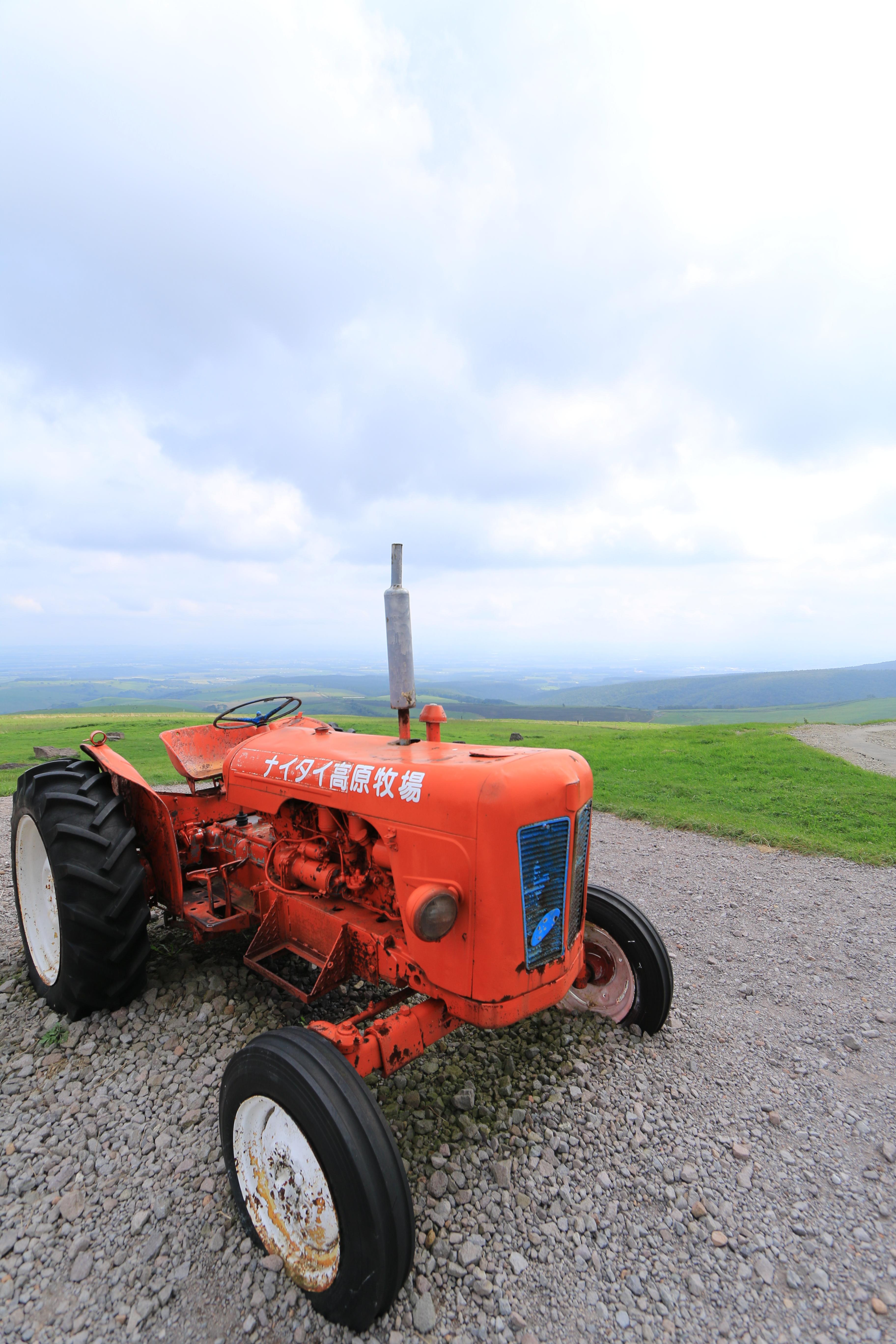 高原牧場のシンボル的な存在となっている真っ赤なトラクター。この高原を訪れるといつも笑顔で迎えてくれる。そんな可愛らしい奴。EF-S 10-22mm F3.5-4.5 USM / 1/320秒 / F5.6 / +0.7EV / ISO100 / 絞り優先AE / WB:太陽光 / 10mm
