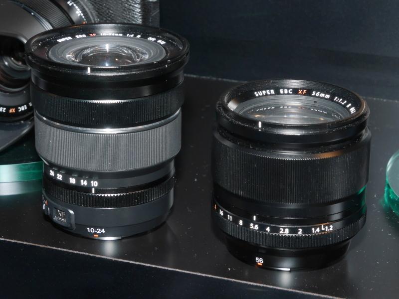 XF 10-24mm F4 R OIS(左)とXF 56mm F1.2 R(右)。ともにモックアップ