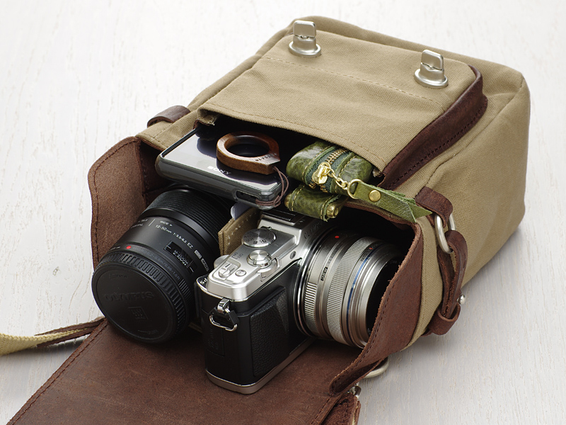 M.ZUIKO DIGITAL 17mm F1.8を装着したOLYMPUS PEN E-P5、M.ZUIKO DIGITAL ED 12-50㎜ F3.5-6.3 EZ、Xperia A、キーケースを収納したところ
