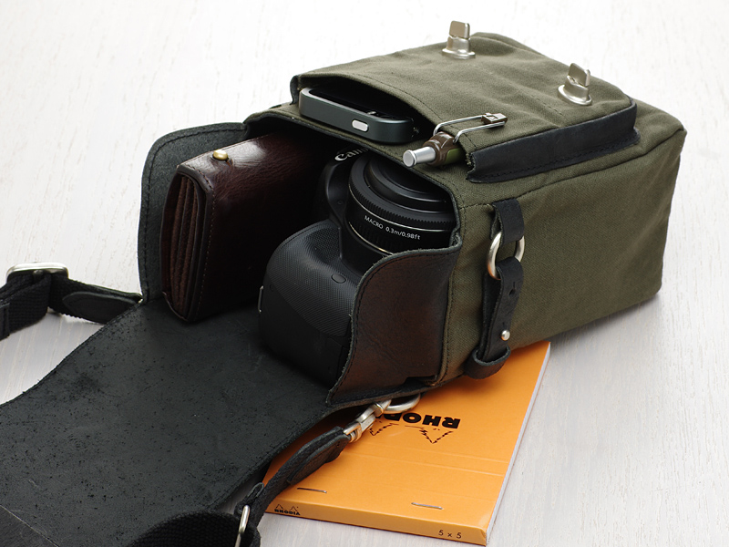EF 40㎜ F2.8 STMを装着したEOS Kiss X7、iPhone 5s、メモ帳、ボールペン、折財布を収納したところ