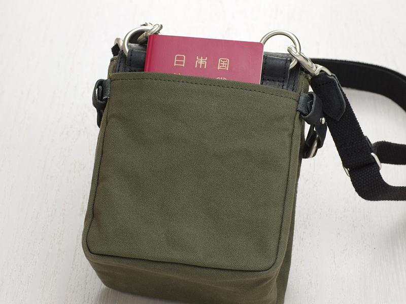 バッグの前後にポケットを1つずつ備える
