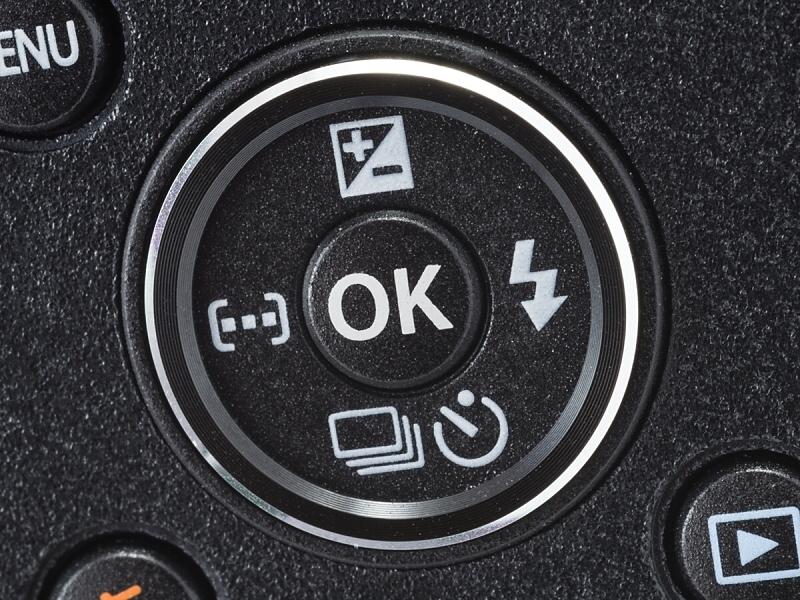 背面の十字ボタン。右ボタン(フラッシュモード)と下ボタン(ドライブモード)は機能の変更が可能になっている。