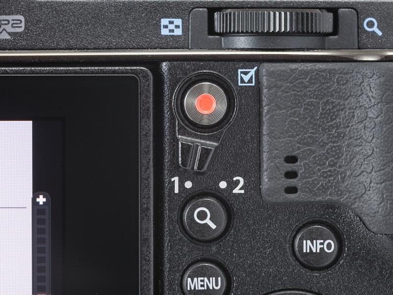 2×2ダイヤルコントロールの要となる新設のレバー。同軸にあるのがムービーボタン、その下に拡大ボタンがある。