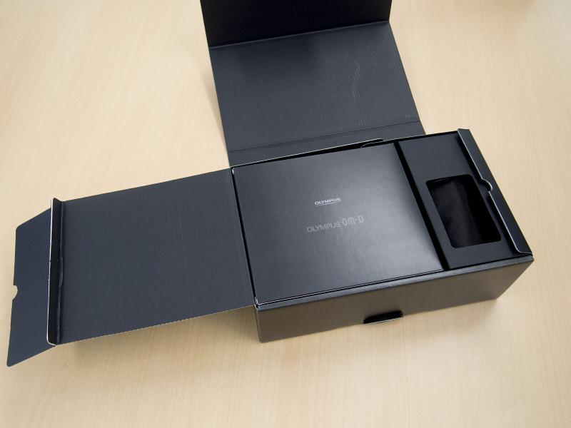 上面の内蓋を開くと使用説明書やソフトウェアCD-ROMが入った箱があります。