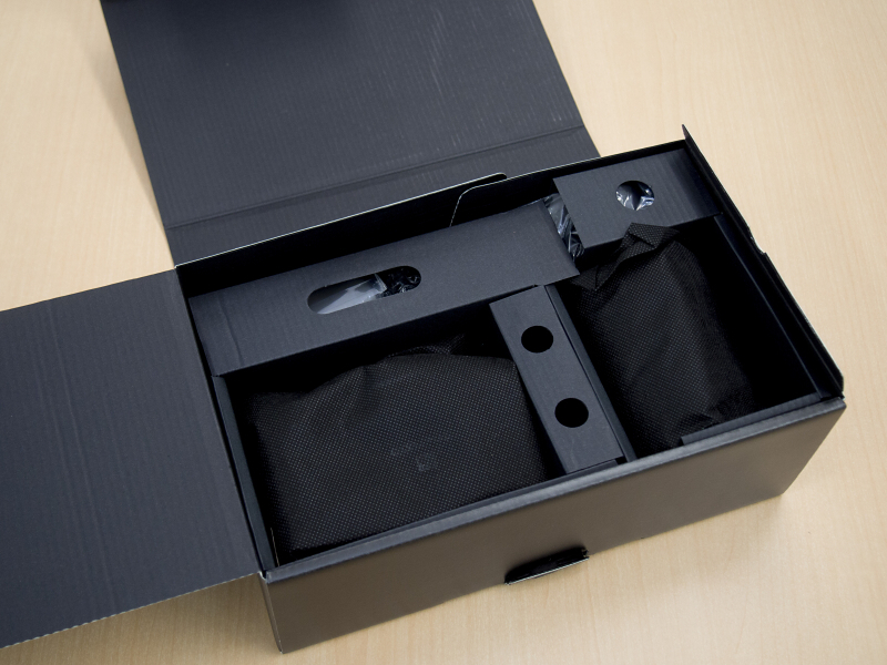 さらに開けてやっとなにやら黒い不織布に包まれたブツが。うっすらとボディキャップのロゴが透けて見えます。なんだかオリンパス気合い入りまくりです。