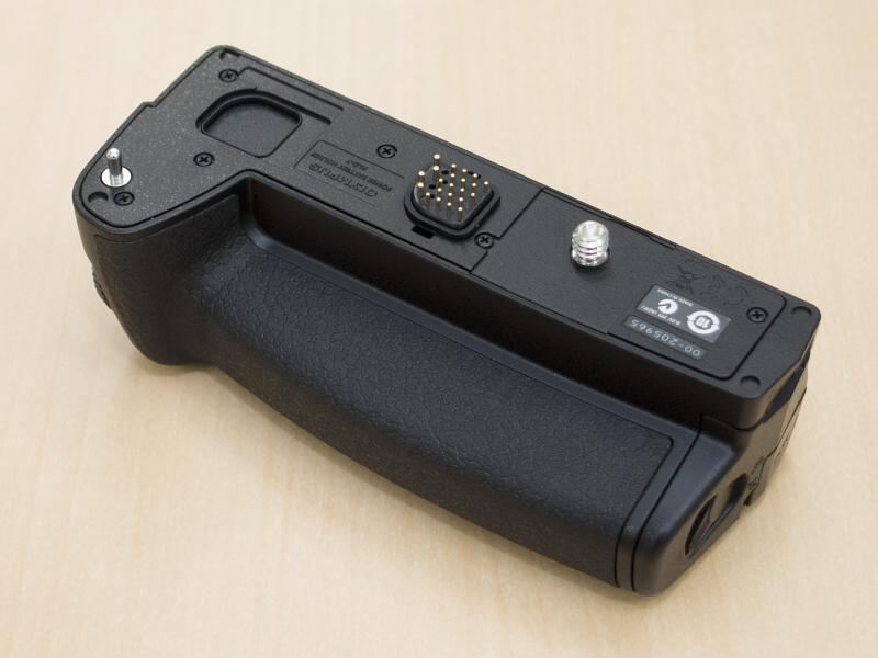 パワーバッテリーホルダーHLD-7も同時に購入。グリップ部とバッテリー室&縦位置用レリーズボタンの2ピース構造だったE-M5用のパワーバッテリーホルダーHLD-6とは異なり、グリップがE-M1ボディと一体化したのでHLD-7はバッテリー室&縦位置用レリーズボタン部だけの1ピース型。リチウムイオン充電池BLN-1を格納し、ボディ内の充電池と併用できます。