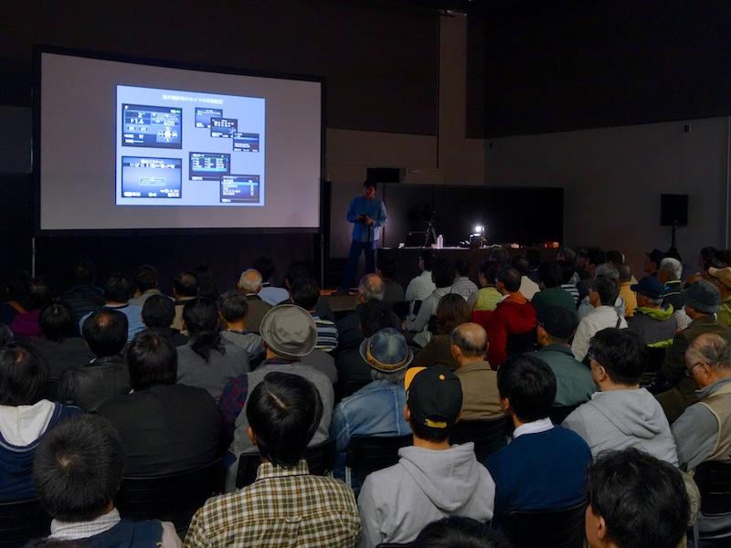 立ち見が出るほどの人気となった吉村和敏氏によるトークショー。海外取材での設定を披露