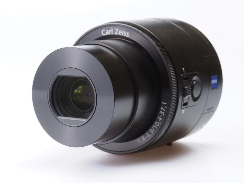 """電源を入れるとレンズバリアが開き、円筒形のボディからレンズが出てくる。レンズはカールツァイス「バリオゾナーT*」、35mm判換算28-100mm相当で、光学式手ブレ補正を備える。撮像素子は1型裏面照射型""""Exmor R""""CMOSセンサー"""