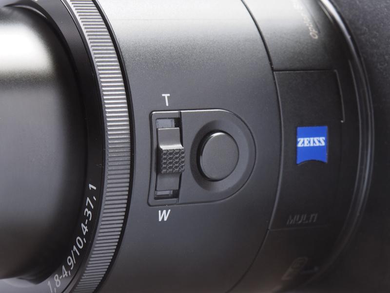 本体左側のズームレバーとシャッターボタン。本体だけでもカメラの操作は可能であるが、その場合、液晶モニターがないためノーファインダーでの撮影となる