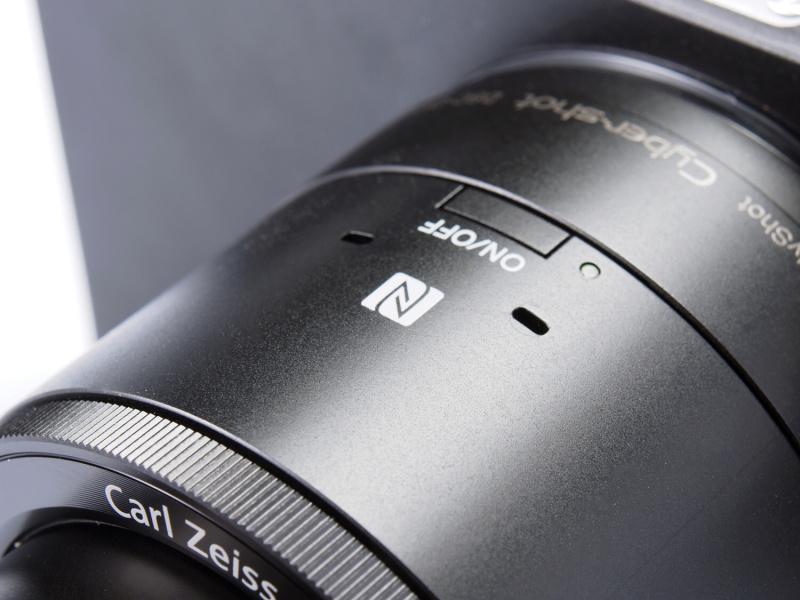本体上部の電源ボタン周辺。NFC機能を使うときの目印となる「N」マークや、ステレオマイクが見える