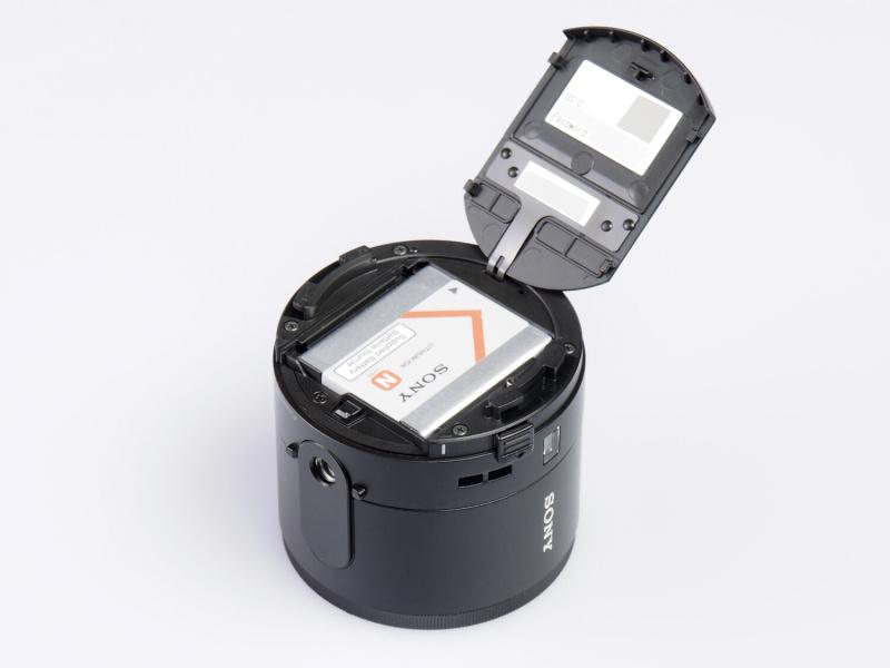 本体背面部のバッテリー室。蓋の裏面にはスマートフォンとの接続設定に必要なSSIDとパスワードが記載されている