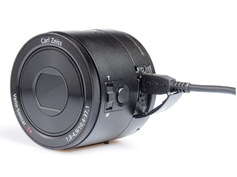 充電は付属のmicroUSBケーブル経由で行なう本体充電型。別売のアクセサリーキット「ACC-CSBN」があれば、外部のチャージャーで充電することも可能だ