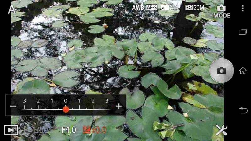 「プログラムオート撮影」および「絞り優先撮影」では±3EVの範囲で露出補正を行い、写真の明暗を調整することができる。