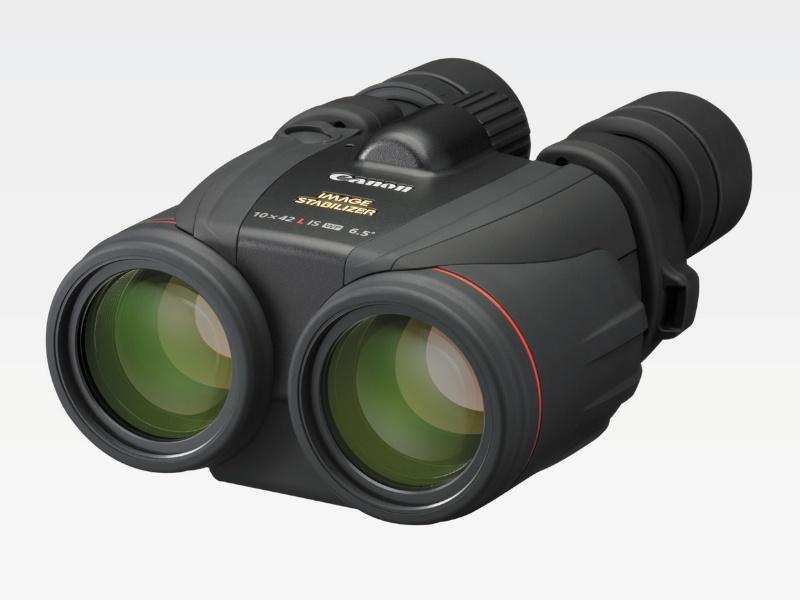"""キヤノン「<a href=""""http://cweb.canon.jp/binoculars/lineup/10x42lis/"""" class=""""n"""" target=""""_blank"""">10×42 L IS WP</a>」(定価18万円)。手ブレ補正機構を備えた防水タイプ。光学系には、一眼レフ用EFレンズのLレンズで使われるUDレンズを採用。"""
