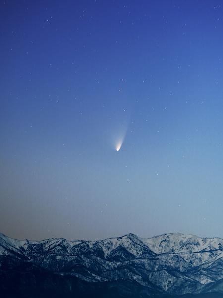 """<b class="""""""">月明かりのパンスターズ彗星</b><br class="""""""">パンスターズ彗星は、地球との位置関係よって日に日に尾の形が変わっていきます。月が照らす明るい空にも負けずに輝く姿を写せました。<br class="""""""">35mm判換算300mm相当のレンズ使用・F2.2 15秒 ISO400"""