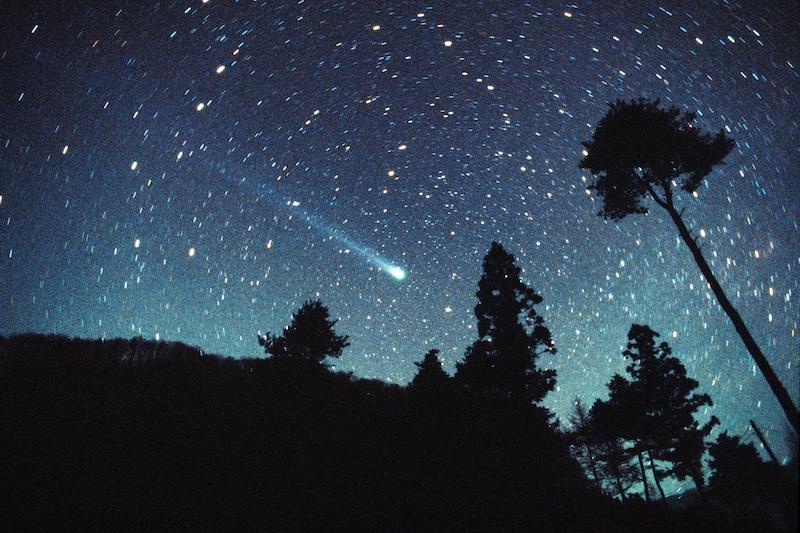 """<b class="""""""">長大な尾を伸ばした百武彗星</b><br class="""""""">彗星そのものは小型。ただし地球のすぐそばを通過したため、肉眼でも60度を超えるほどの長い尾を見ることができました。<br class="""""""">35mmフィルム(ISO3200に増感)で撮影・24mmレンズ使用"""