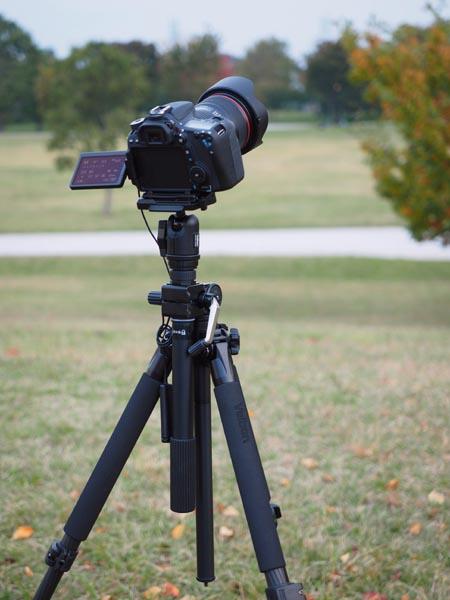 "<b class="""">固定撮影のセッティング</b><br class="""">固定撮影では三脚をあまり伸ばさず、エレベーターは使わないのが原則です。少しでもブレの原因をなくすためです。写真のカメラはキヤノン<a href=""http://cweb.canon.jp/eos/lineup/70d/"" class=""n"" target=""_blank"">EOS 70D</a>。三脚はベルボン<a href=""http://www.velbon.com/jp/catalog/vs/vs5400q.html"" class=""n"" target=""_blank"">VS-5400Q</a>。"