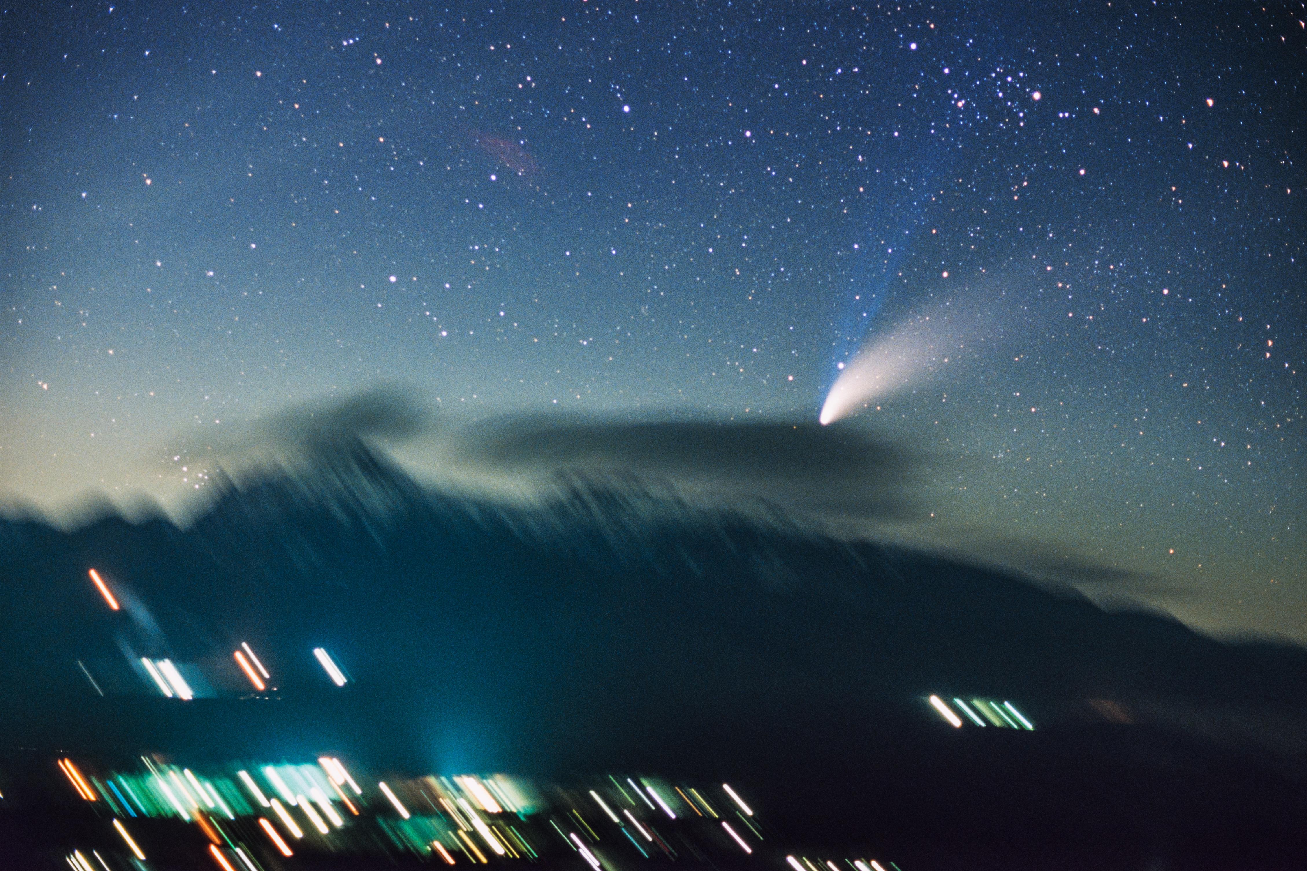 """<b class="""""""">追尾撮影作例:ヘール・ボップ彗星</b><br class="""""""">八ヶ岳に沈もうとする1997年のヘール・ボップ彗星を広角レンズで追尾撮影しました<br class="""""""">35mmフィルム(ISO400)で撮影 / 35mm F2レンズ使用"""