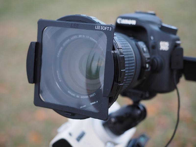 """<b class="""""""">レンズ前に装着したソフトフィルター</b><br class="""""""">ソフトフィルターは複数のメーカーからさまざまな種類のものが市販されていますが、星景写真では、シート状のLEEソフトフィルター、ケンコーのPROソフトンなどがよく使われています。"""