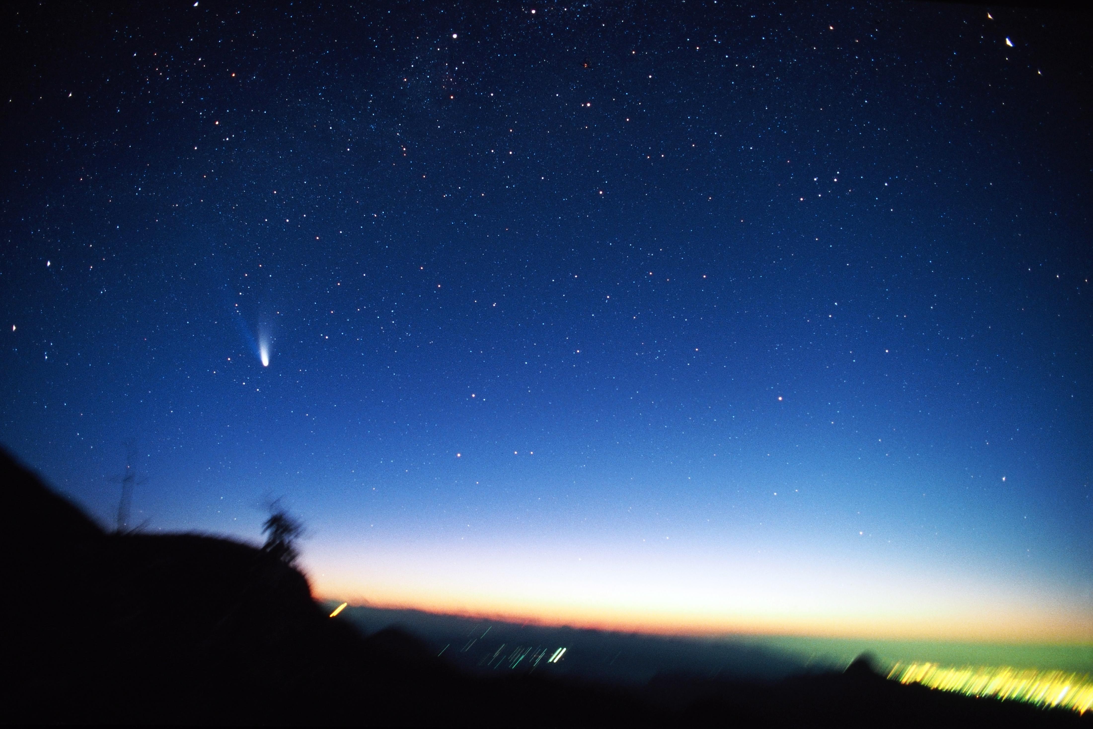 """<b class="""""""">朝焼けに輝くヘール・ボップ彗星</b><br class="""""""">フィルムでは、露出の見極めが非常に難しい(ほとんどカンです)朝焼けの撮影でしたが、デジタルカメラでは撮影後すぐに確認できるので、ずいぶんハードルが下がりました。<br class="""""""">35mmフィルム(ISO100)で撮影 / 21mm F2レンズ使用"""