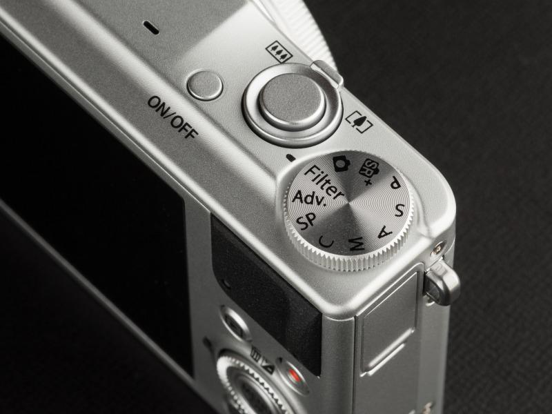 モードダイヤルは一般的な撮影モードに加え、Adv.モード、Filterモードなども備えている