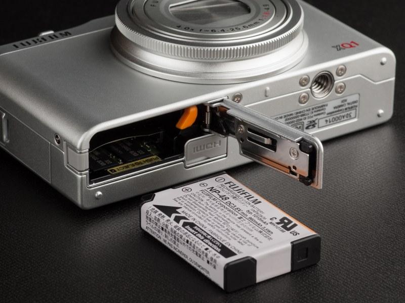 バッテリーとメモリカードは底面から装着する。バッテリー寿命はやや短く感じた。