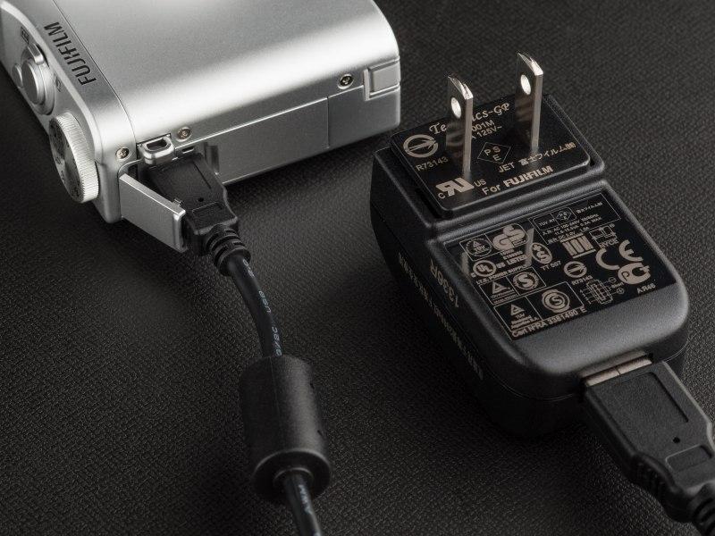 充電はUSB経由で行なう。コンセントに差し込むタイプのコネクタも付属する