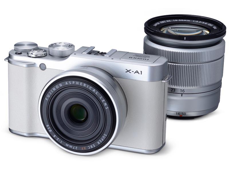 限定セットのX-A1ホワイトカラー。右奥のレンズが「XC 16-50mm F3.5-5.6 OISシルバー」で、カメラボディについている薄いレンズが、通常モデルに付属していない「XF 27mm F2.8シルバー」