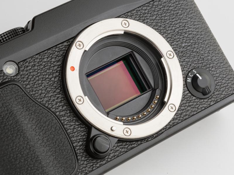 像面位相差画素を搭載したX-Trans CMOS IIセンサーを採用している