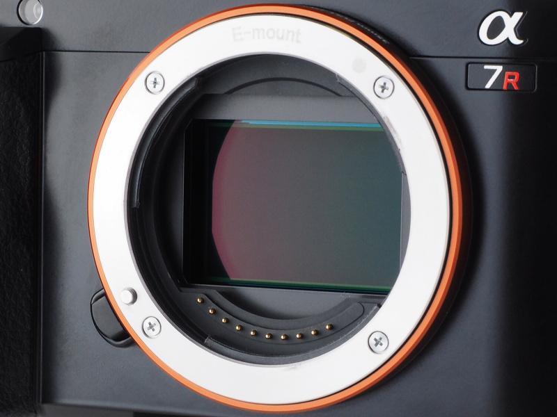 撮像素子はローパスフィルターレス仕様の有効約3,640万画素「Exmor」CMOSセンサー。NEXシリーズと同じEマウントいっぱいにセンサーが設置されている。