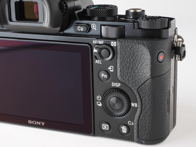 背面の操作系はNEX-7やRX1の系統に似かよっている。ファインダーに接眼しながらの操作は慣れが必要だが、ミラーレスカメラとしては優れた操作性をもつといえる。