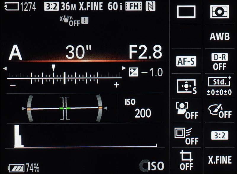 Aマウント機α99と同様の「クイックナビプロ」を搭載。主な撮影情報が一覧で並び、Fnボタンを押せばダイレクトに項目の設定・変更ができる。ファインダー撮影中心の場合に便利だ。