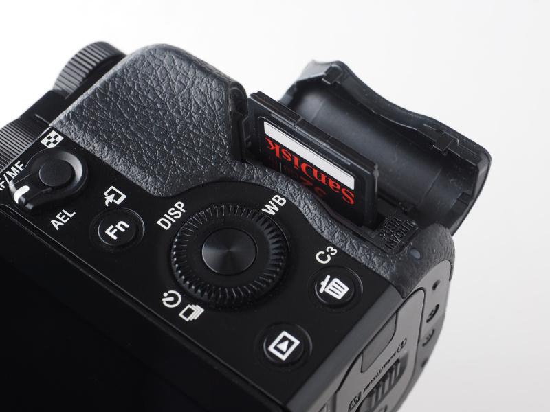 記録メディア室はカメラ側面に独立している。SDXC/SDHC/SDメモリーカード、メモリースティックPROデュオ/同PRO-HGデュオ/同XC-HGデュオを使用可能。