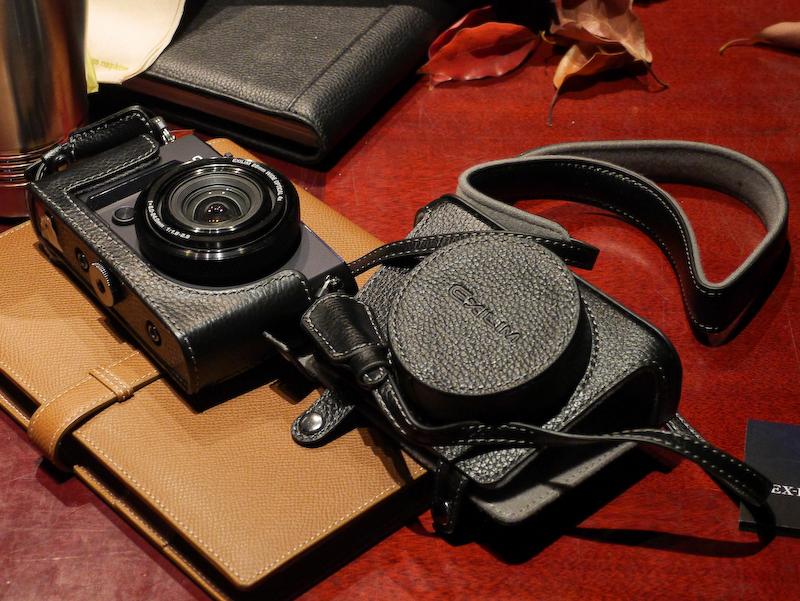 オプションとして「本革ジャケットケース ネックストラップセットEJC-10」(9,000円)を用意する。